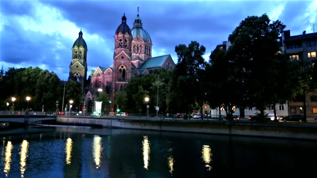 rosa st. lukas kirche münchen in der abenddämmerung - kirche stock-videos und b-roll-filmmaterial
