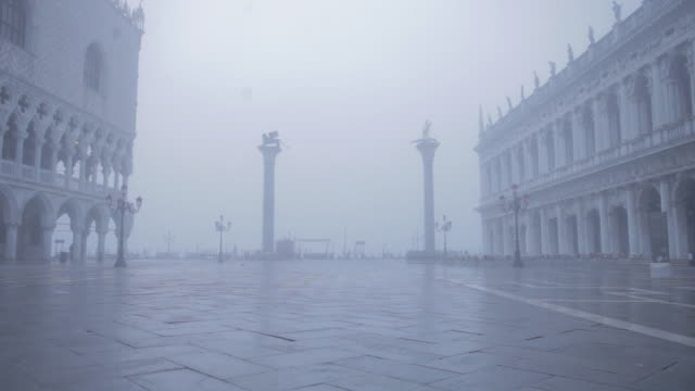 st mark's square, venice on a very misty morning - nebbia video stock e b–roll