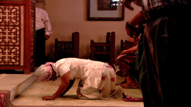 st. mary orthodox church. view of a woman prostrating on the floor in prayer. prostration is still practiced in traditional eastern christian... - credente video stock e b–roll