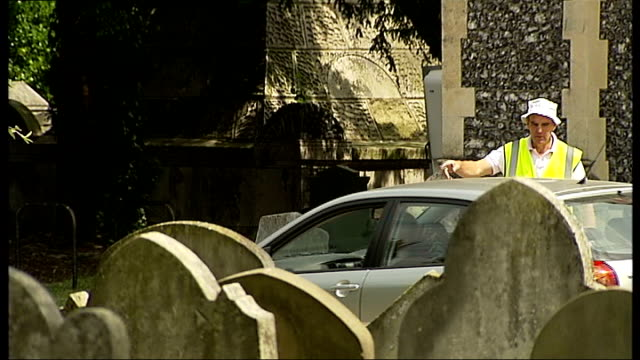 st mary's church pull out to sign 'car park open' general views of cars parked in st mary's churchyard assistant directing cars where to park rear of... - anweisungen geben stock-videos und b-roll-filmmaterial