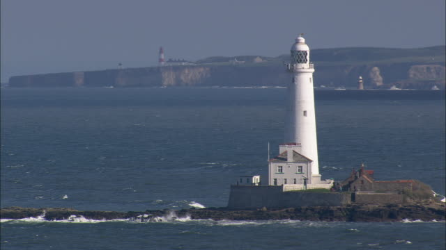 stockvideo's en b-roll-footage met st mary's lighthouse - whitley bay