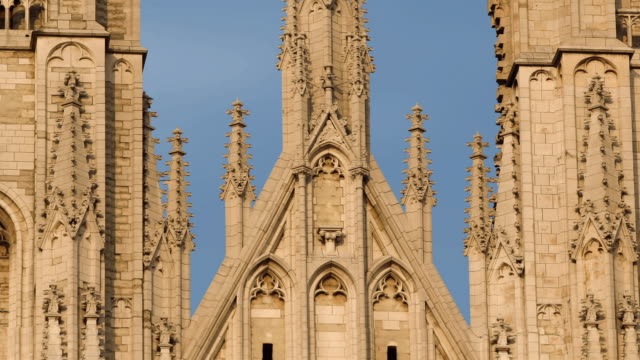stockvideo's en b-roll-footage met cu, zo, ws, t/l, st. michael and gudula cathedral, brussels, belgium - rond de 15e eeuw