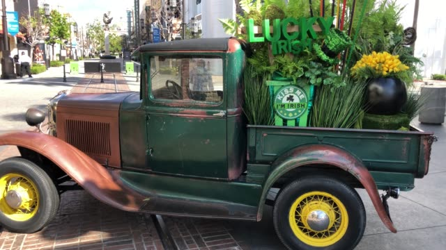 vídeos de stock, filmes e b-roll de st patrick's day decorations at the grove a usually popular and crowded los angeles tourist attraction empty at 4pm on march 17 2020 in los angeles... - the grove los angeles