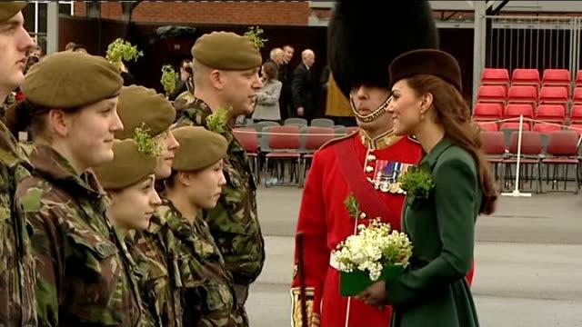 vidéos et rushes de st patrick's day duchess of cambridge distributes shamrocks to irish guards cutaways england hampshire aldershot mons barracks ext various shots of... - mons barracks