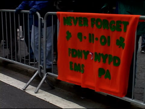 stockvideo's en b-roll-footage met st. patrick's day parade, saturday, march 16, 2002- green & orange fabric sign reads, never forget 9-11-01 fdny nypd ems pa, w/ shamrocks on it hangs... - mens gemaakte bouwwerken