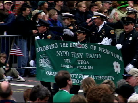 vidéos et rushes de st patrick's day parade saturday march 16 2002 orange county fire department union members carry banner honoring nypd fdny papd fallen union members... - respect