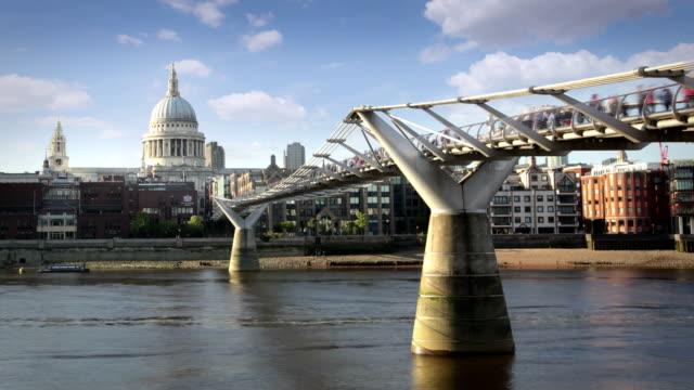 vídeos y material grabado en eventos de stock de st paul y al millenium bridge, londres - puente del milenio londres