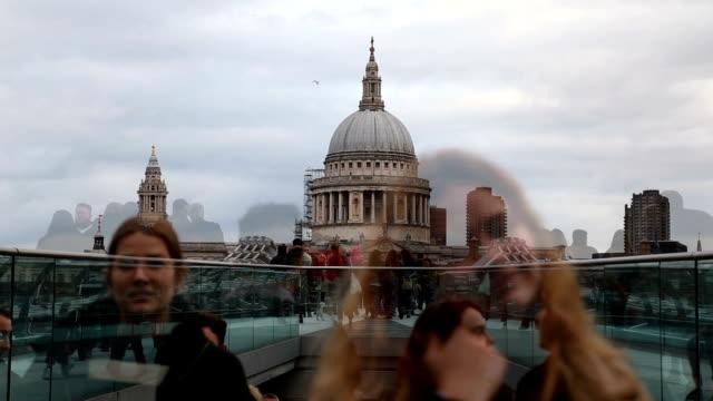 vídeos y material grabado en eventos de stock de catedral de san pablo y el puente del milenio - puente del milenio londres