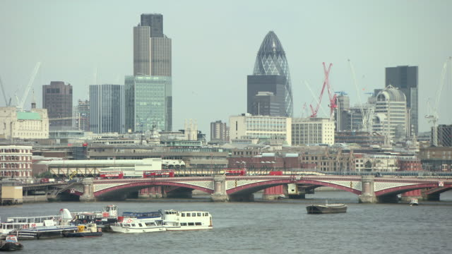 vidéos et rushes de st pauls cathedral and river thames, camera pans to view of blackfriars bridge and city of london - panoramique rapide