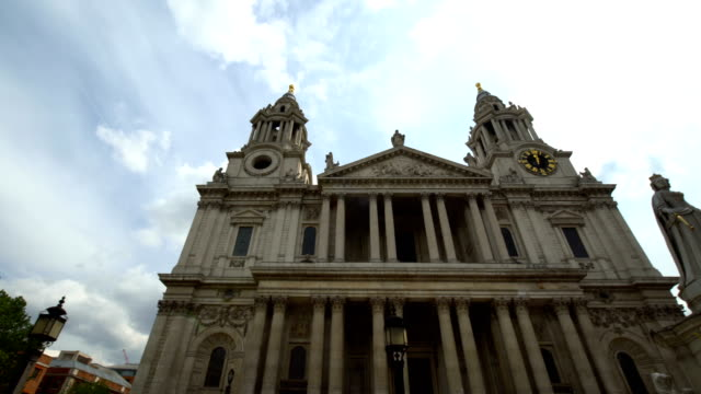 St. Pauls Cathedral in London, panning