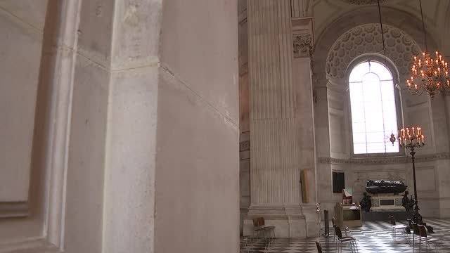 st paul's cathedral interior general views; england: london: st paul's cathedral: int low angle view dome pull focus candle sticks in f/g gvs cracks... - architectural column stock videos & royalty-free footage
