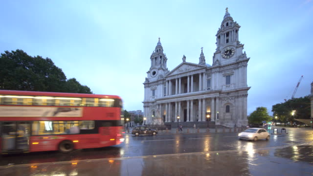 st paul's cathedral, london england. - autobus a due piani video stock e b–roll