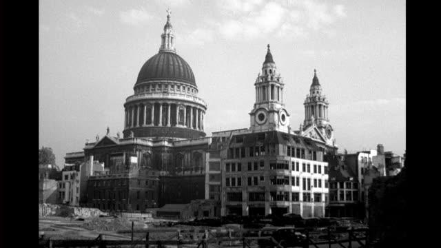 vídeos y material grabado en eventos de stock de st. paul's cathedral, surrounded by ruined buildings. st. paul's cathedral, surrounded by ruins on september 09, 1943 in london - bombardeo de londres