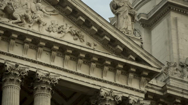 pan st paul's cathedral's clock tower - figura maschile video stock e b–roll