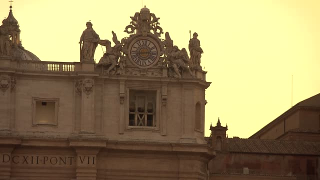 stockvideo's en b-roll-footage met st. peter's basilica - clock and apostle sculptures - gelovige
