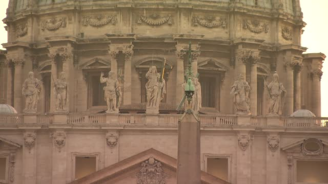 st. peter's basilica - facade and apostle sculptures - apostel stock-videos und b-roll-filmmaterial