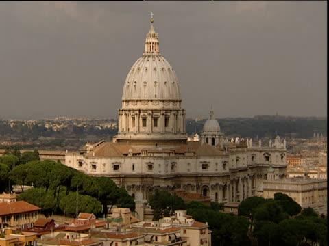 vídeos de stock e filmes b-roll de st peter's basilica surrounded by trees and suburbs vatican city - 1995