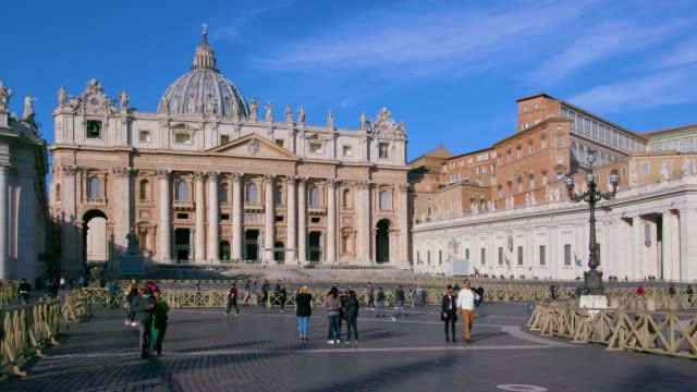 vídeos y material grabado en eventos de stock de st. peters basilica & vatican city, st. peters square, rome, italy - valla límite