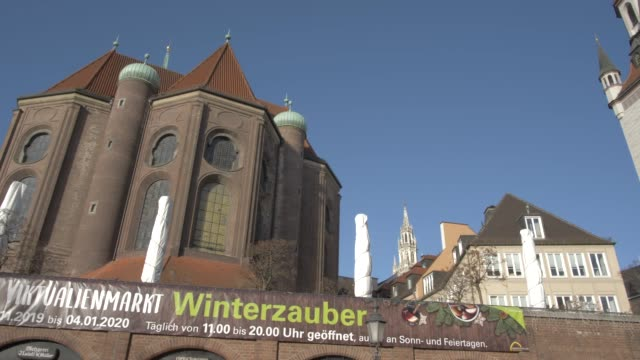 st. peter's church and old town hall on sunny day, munich, bavaria, germany, europe - rathaus stock videos & royalty-free footage