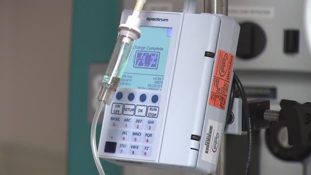 vídeos de stock e filmes b-roll de st peter's hospital emergency unit iv tubes on a pole connected to iv bag on december 23 2013 in new york new york - bata cirúrgica