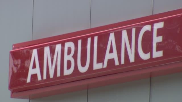 vídeos de stock e filmes b-roll de st peter's hospital emergency unit red and white ambulance sign on december 23 2013 in new brunswick new jersey - bata cirúrgica