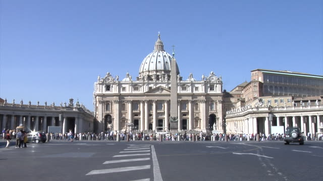stockvideo's en b-roll-footage met st. peter's square with the st. peter's basilica - international landmark