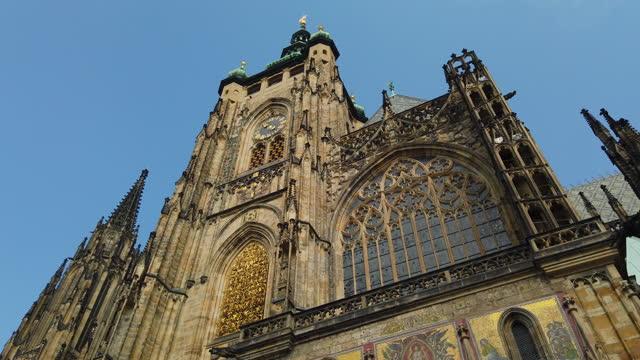 stockvideo's en b-roll-footage met st. vitus cathedral in prague, czech republic - tsjechische cultuur