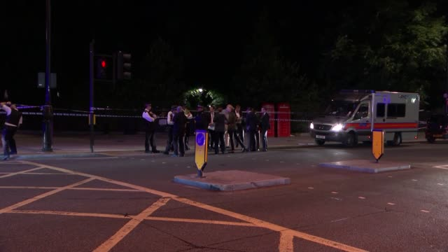stabbing attack in russell square: one dead and five injured; police officers by cordon tape and police vans police officers putting up cordon tape... - 刺傷事件点の映像素材/bロール