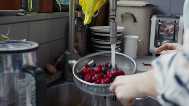 cs, stabilized handheld - washing berries in sink with sieve - juicy stock videos & royalty-free footage