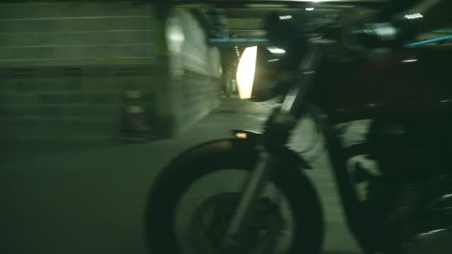 vidéos et rushes de tir stabilisé: motard moto à zone sombre - motard