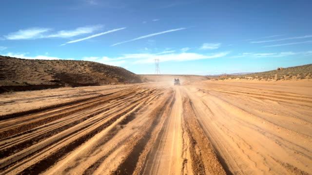 stabilisierte schuss in 4 x 4 lkw. der weg zum antelope canyon zu gehen. - tierfarbe stock-videos und b-roll-filmmaterial