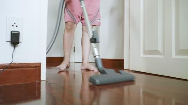 Stabiliserad bild av kvinnor som använder Dammsugare rengöring på marken