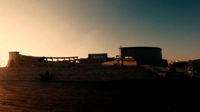 vídeos de stock e filmes b-roll de stabilized tracking shot in the katara cultural village in doha, qatar - golf