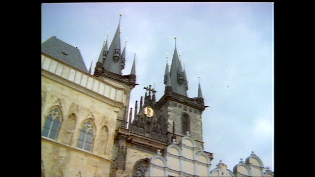stable view of st. tyn church and the statue of jan hus in old town square; buildings with statue and tree in the foreground; views of different... - tyn church stock videos & royalty-free footage