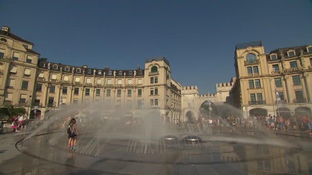 stachus / karlsplatz, fountain, blue sky, clouds, people, water, building, architecture - baroque点の映像素材/bロール