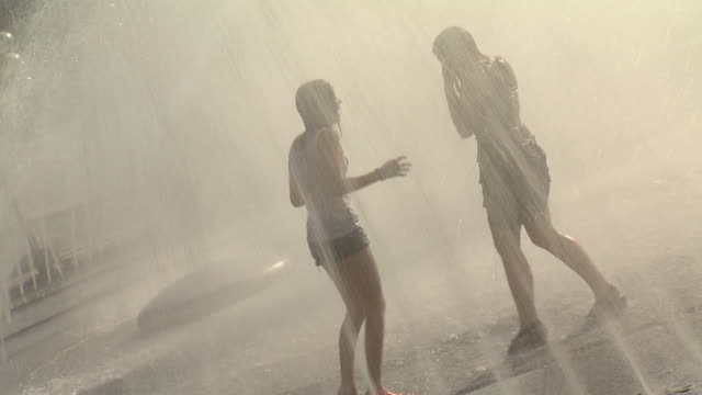 stachus / karlsplatz, fountain, two  girls standing in water,  water, building, architecture - weiblicher teenager stock-videos und b-roll-filmmaterial