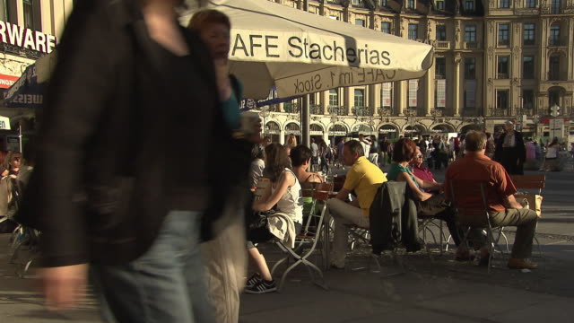 vídeos de stock e filmes b-roll de stachus / karlsplatz, people in restaurant, place, sunny, walking people, shops - escrita ocidental