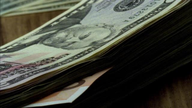 vídeos de stock, filmes e b-roll de ecu, stack of american dollar and fifty euro banknote rotating - nota de cinquenta euros
