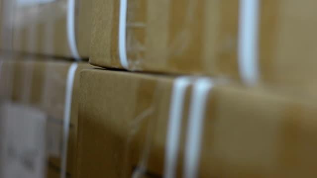 vídeos de stock, filmes e b-roll de uma pilha de caixas, esperando para ser movido - smuggling