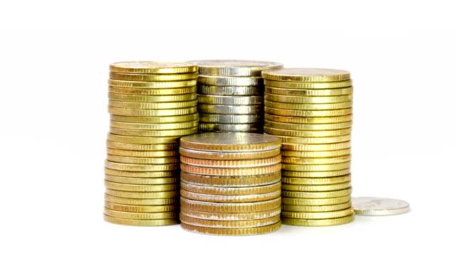 vídeos de stock, filmes e b-roll de pilha de moedas no fundo branco - moeda