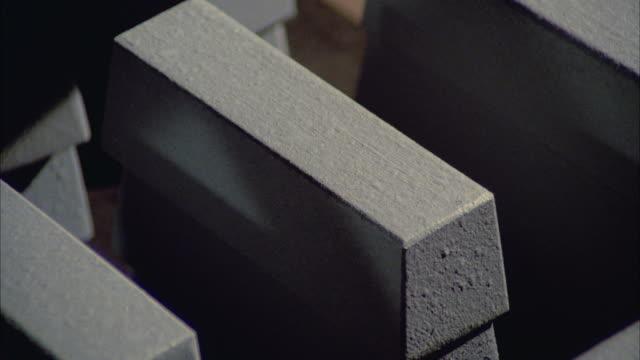 vídeos de stock, filmes e b-roll de cu stack of gold bricks - grupo médio de objetos