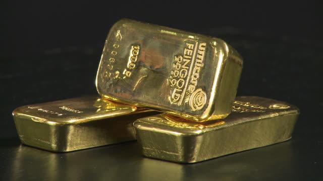 cu stack of gold ingots spinning / hanau, hessen, germany - barren geld und finanzen stock-videos und b-roll-filmmaterial