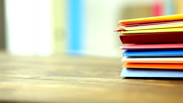 マルチのスタックは、オフィスの机の上のファイル フォルダー色。 - ファイル点の映像素材/bロール