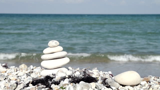hd: mucchio di ciottoli in spiaggia - buddhism video stock e b–roll