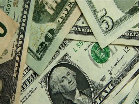 ecu, pan, stack of us dollar bills - banconota da 10 dollari statunitensi video stock e b–roll