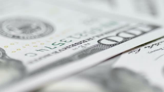 vídeos de stock e filmes b-roll de stack of us one hundred dollar bills - unidade monetária
