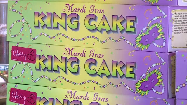 vidéos et rushes de stacked boxes of king cake for mardi gras at bennison's baker in chicago on february 2, 2016. - mardi gras fête religieuse
