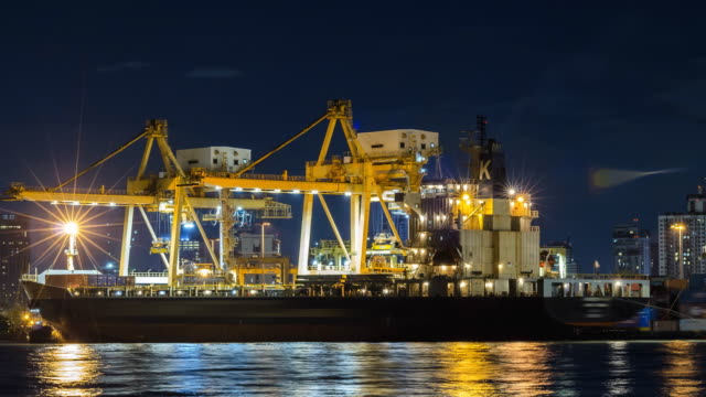 TL: bateau de conteneur empilable travaille de nuit