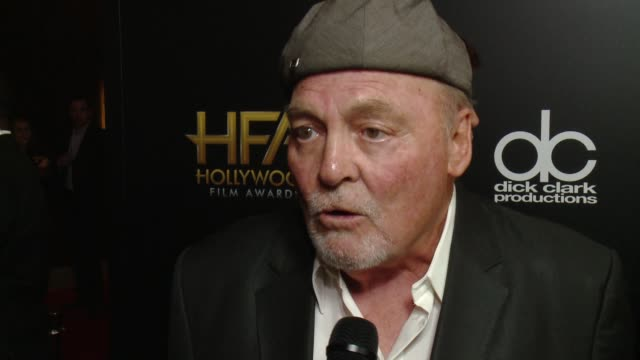 vídeos y material grabado en eventos de stock de interview stacy keach on being honored as part of the ensemble award for gold on working with such a great cast on the kick off to awards season at... - stacy keach