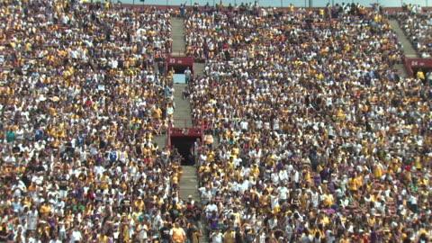 hd stadium crowd doing wave - åskådare människoroller bildbanksvideor och videomaterial från bakom kulisserna